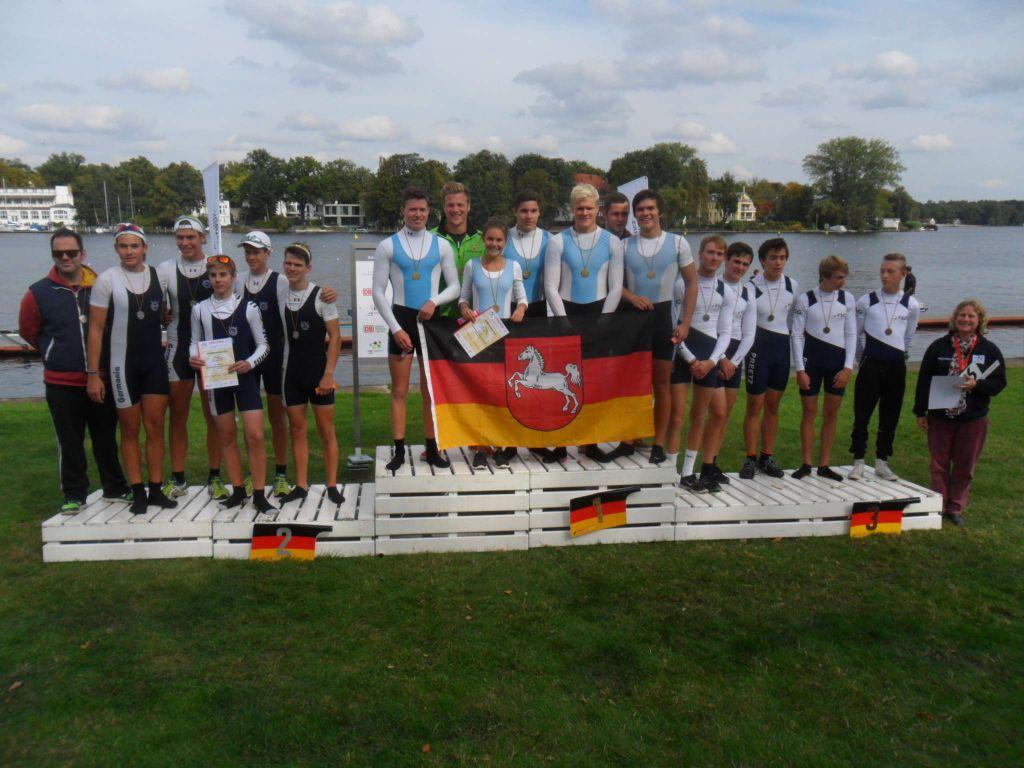 Der Caro-Vierer auf dem obersten Treppchen, links das Team aus Frankfurt und rechts das aus Preetz.